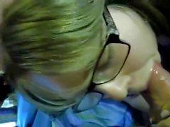 Gulligt knubbig flicka som med exponeringsglas ger blowjob