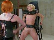 Dos putas desagradables entran en una escena áspera