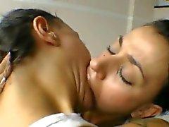 Brasileña inserida hermana gemela las lesbianas un beso