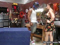 Сара Джея трахает свой механик в своем гараже!