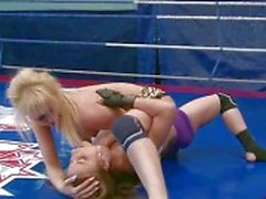 Two противных блондины борющиеся