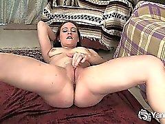 Branco brunette Flexivel de Lou a dedilhar de seu bichano rapada