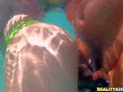 Brazilian girl di Yasmin mostra la Snatch con acqua