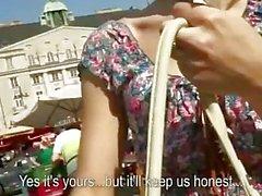 Ragazza ceca di Catherine pestate in pubblico
