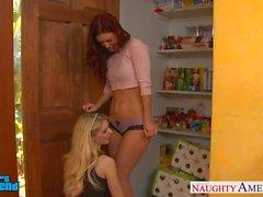 Lesbianas atractivos de de Jana Jordanía e de Karlie en Montana imbéciles jugueteando