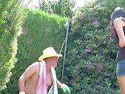 Vateri fickt Waden, Stief - Tochter Aussen im Garten