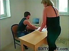 Mollig, uitgezakt tit blonde moeder wordt gevoeld en haar kutje likte