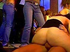 Енг девушка отсасывает жесткий после танцев