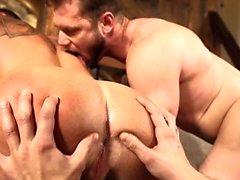 Lihas homoseksuaalinen kolmikko, jossa creampie