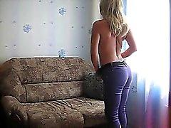 Novia del rusa masturbándose en su sofá
