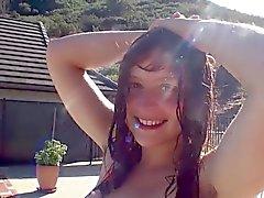 giovane adolescente pelose riportate tutta la sua corpo capelli e esce in nuotare