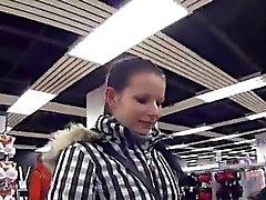 La fille tchèque frappante a été séduit dans l'hypermarché et naile