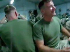 La diversión obra Str8 - del soldado Chupa profundamente un plátano