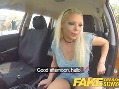 Gefälschte Driving School Barbie verdient ihren Pass mit einem großen Gesicht