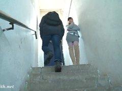 Голый Дженни Смит скрывается и скрывается в потерянных коридорах