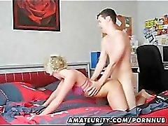 Volwassen amateur vrouw zelfgemaakte blowjob en neuken met een jonge kerel