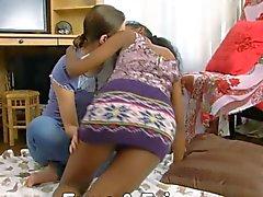 Indian sowie ein schlankes jung Teen Lesbierinnen