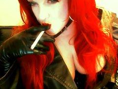Goth Redhead de fumar