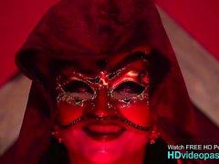 La reine de l'enfer frappe son nouveau serviteur