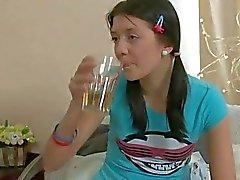 Adolescente asiática Timido recebe perfurados