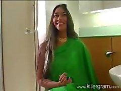 Noord- Indische Vrouw in Groene Sari zuigt uit Grote West Indies Black Dick na Cricket Match