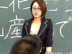 Кормящие японское учителю плюет студенты сталкиваются Часть1