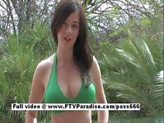 Agradables morena desnuda increíble en la piscina de