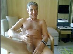 папа дернулся в своем гостиничном номере