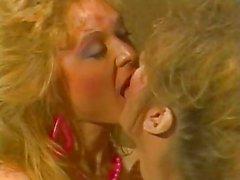 Классика Девочки-девочки Сцена . Gail стерлингов против Nina Hartley .