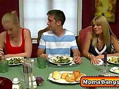 Schaut sich Tutoren dick Milf einer Teenager Paare im Bett