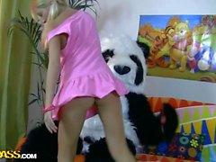 Striptease et baise pour Panda timide
