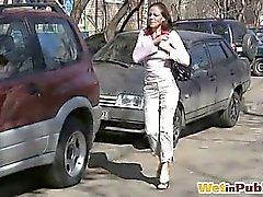 Miele di piscia mediante pants in strada
