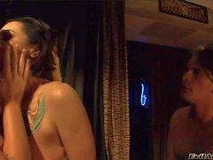 Reizvolle Schlampe wird von Melissa Lauren erstickt