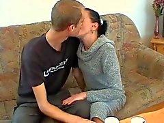 Skinny rijpe vrouw vervuld door een jonge kerel