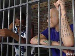 Tattooed valkoinen mies ajaa mustalla kalu vankeuteen