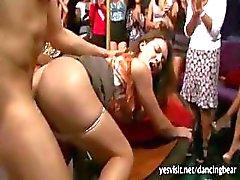 Grupo de festa meninas americanas chupar pau stripper e querem seu sêmen
