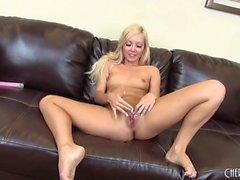 Симпатичная блондинка Аалийя Лав идет жить к игрушке и перебирать ее вырвать