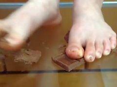 La esposa asiática bromea con su marido y le dice que se lame los pies
