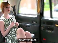Nasty Amateur Redhead tauschte ihre Muschi für einen Fahrpreis