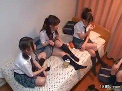 Tre simpatici ragazze giapponesi amorevole