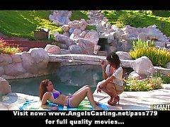 Calurosos lesbianas jovencitas aficionados da masaje tierno cerca de piscina del