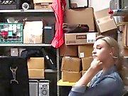 Shoplifter genç polisten uzak durmak için bir güvenlik görevlisini sikiyor