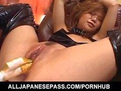 poussin asiatique vilain Akane Hotaru est baisée dur avec beaucoup de sex toys