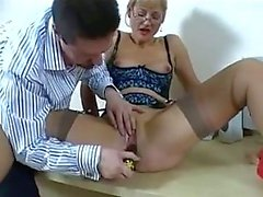 secretaresse met speelgoed