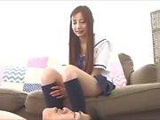 Teen japonais est plaisir d'un mec corné avec l'odeur de ses pieds en sueur