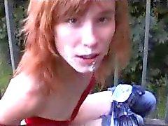 Redhead tiener heeft seks op brug