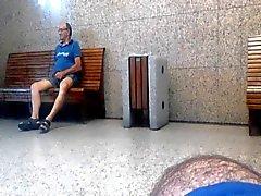 Älteren daddy packt und zeigen Sie mir seinen Schwanz in den Bahnstation