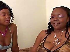 3 Black Lesbians On Bed lesbische scène