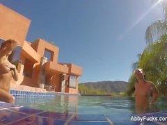 Abigail Mac et Dana DeArmond vont se baigner