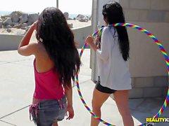 бикини девушки оголяет всех перед публикой денежных средств